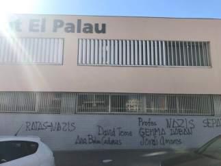 Pintadas en la fachada del IES El Palau del Sant Andreu de la Barca.