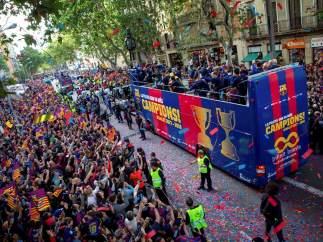 Las mejores imágenes de la 'rúa' del Barcelona por el doblete