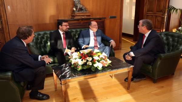 Silván durante su encuentro con Carlos Moro. Archivo