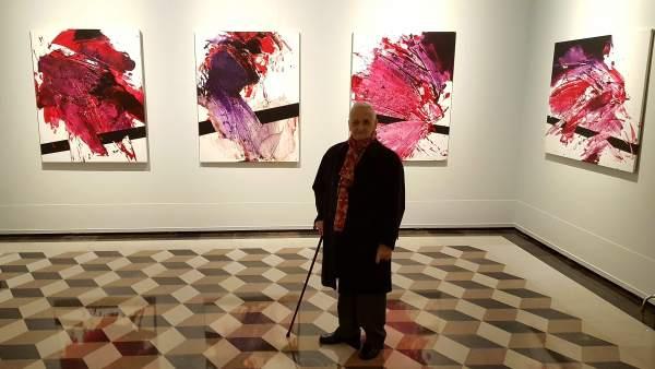 El artista Luis Feito, en el Palacio de Sástago junto a sus obras, en Zaragoza