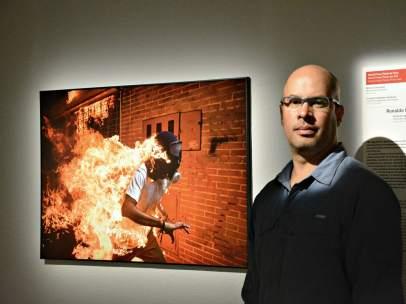 El fotógrafo venezolano Ronaldo Schemidt junto a la imagen ganadora del concurso de foto periodismo World Press Photo 2018, de su autoría.