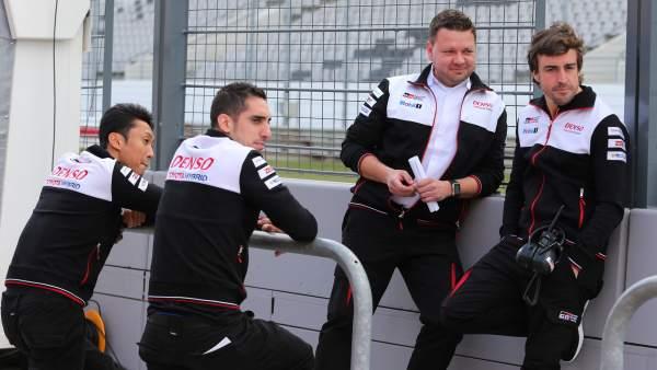 Fernando Alonso y sus compañeros de Toyota