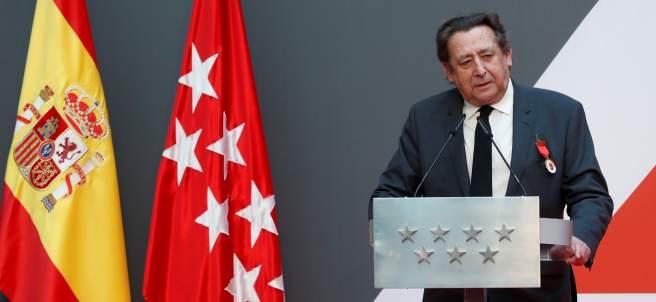 Alfonso Ussía, agradeciendo la medalla de la Comunidad de Madrid