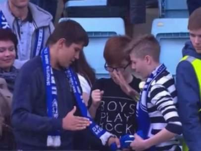 Jóvenes aficionados rusos se juegan a piedra, papel o tijera la camiseta de su ídolo.