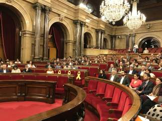 Pleno del Parlament de Catalunya con la bancada del Govern vacía