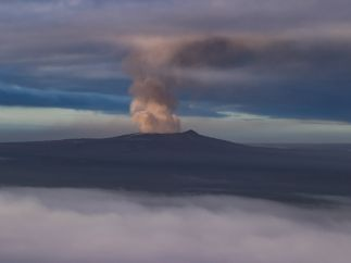 Humo emerge del cráter