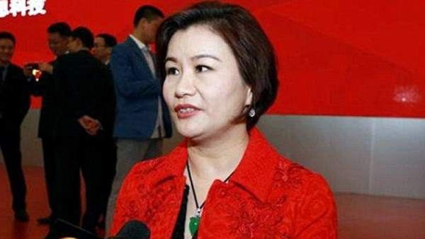 Quién es Zhou Qunfei, la mujer más rica del mundo gracias a sus pantallas de cristal para móviles