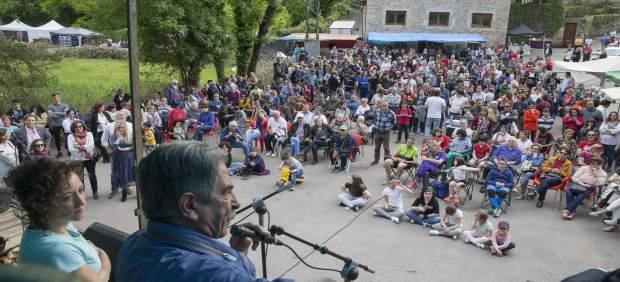 Inauguración plaza pueblo por Revilla