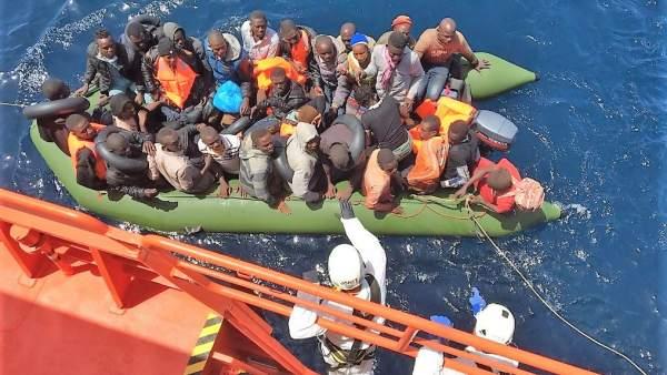 Patera con 56 personas rescatadas en aguas del Mar de Alborán