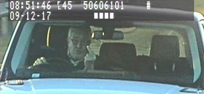 Un hombre le hace la peineta a la cámara de un radar en Inglaterra.
