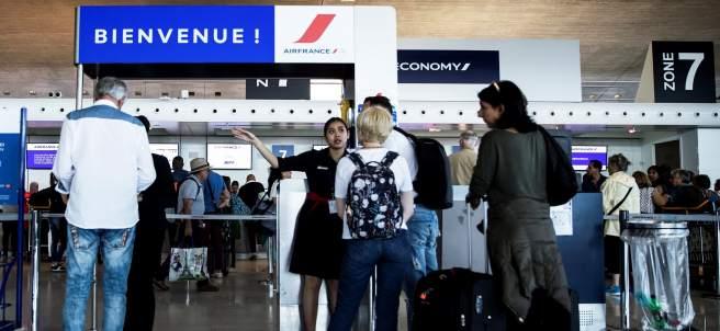 Pasajeros esperan para pasar el control de la aerolínea Air France.