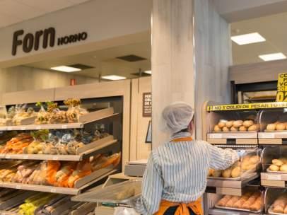 Trabajadora en un supermercado Mercadona