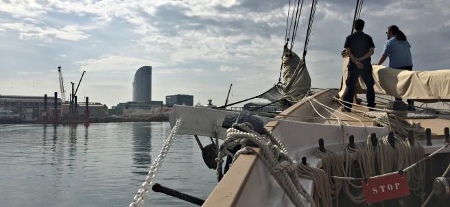 El pailebote Santa Eulàlia navegando por la costa de Barcelona.