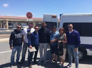 Reencuentro del vagabundo Karoly Schmolka con su familia y los policías