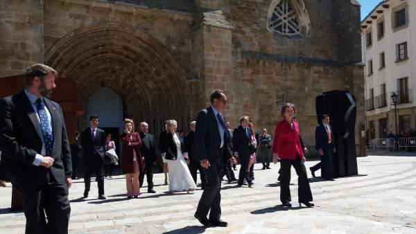 La reina Sofía se acerca a saludar a los aguilarenses.