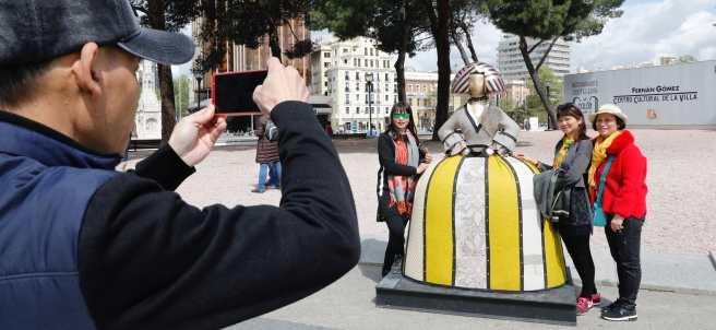 Turistas se fotografían con las réplicas de las Meninas de Velázquez por Madrid