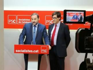 Los secretarios de Organización del PSOE y del PSC, José Luis Ábalos y Salvador Illa respectivamente, en la sede de los socialistas catalanes.