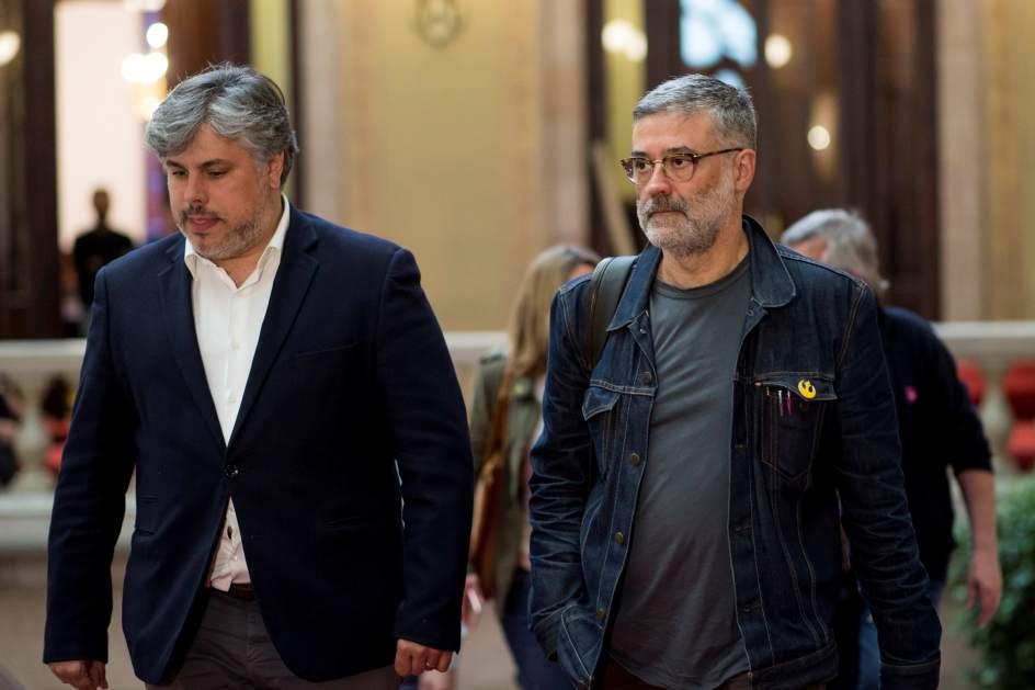 El portavoz de la CUP en el Parlament, Carles Riera (derecha), junto al diputado de JxCat Albert Batet.