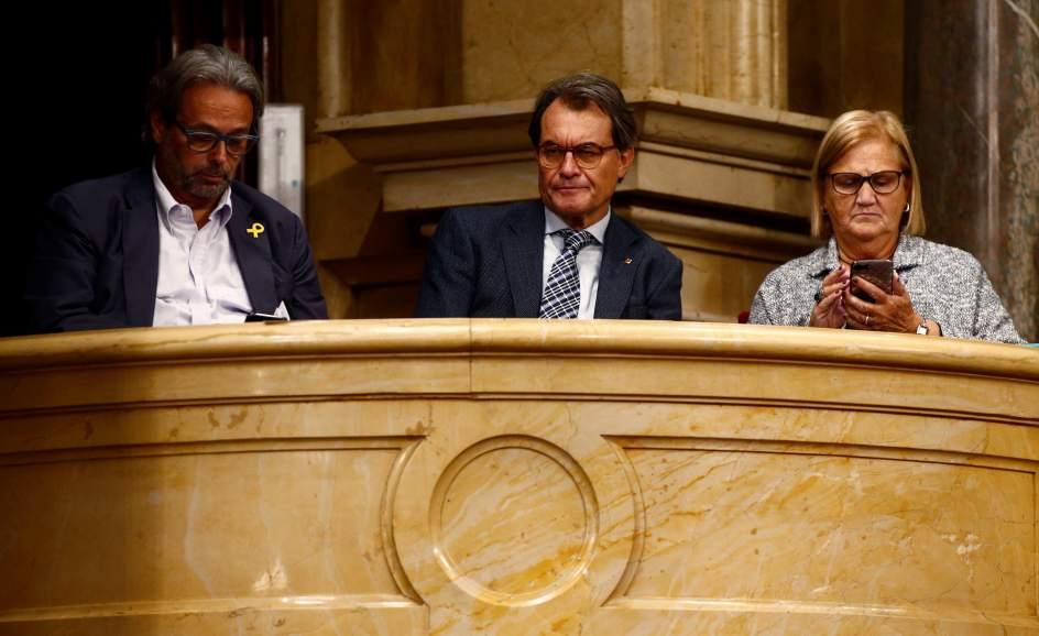 Artur Mas y los expresidentes del Parlament, Ernest Benach y Nuria de Gispert, en la tribuna de invitados.