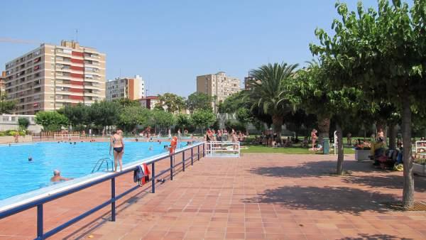 La venta anticipada de abonos para piscinas de verano for Piscina publica zaragoza
