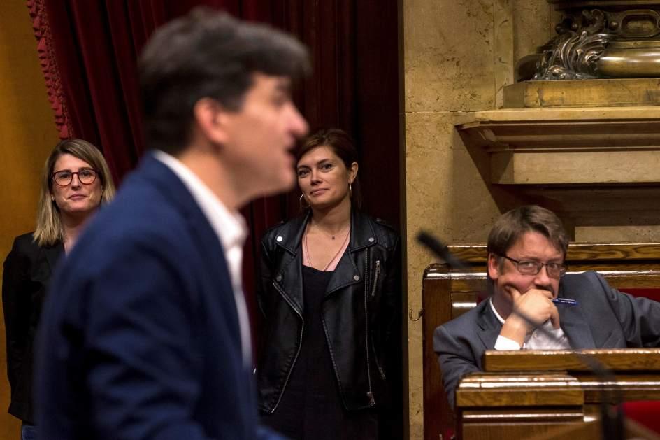 Doménech (CatECP) escucha a Sabrià (ERC) y, al fondo, Elsa Artadi (JxCat) y Elisenda Alemany (CatECP).