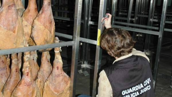 Cuatro detenidos por robar en secaderos de jamones de la provincia de Teruel.