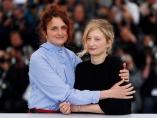 La directora Alice Rohrwacher (izq) y la actriz Alba Rohrwacher posan para los fotógrafos durante la presentación de la película 'Lazzaro Felice' en el 71º Festival de Cine de Cannes (Francia)