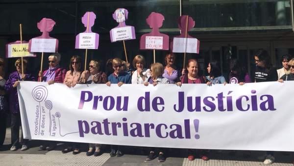 Concentración feminista en la Ciudad de la Justicia de València