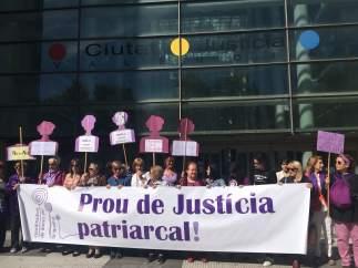 Concentració feminista en la Ciutat de la Justícia de València