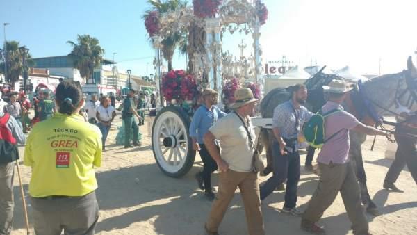 Paso de las hermandades en las primeras horas de la romería de El Rocío