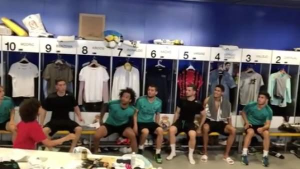 El hijo de Marcelo, en el vestuario del Real Madrid.