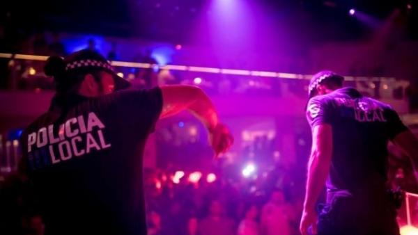 Dos gogós disfrazados de policía en Pachá Ibiza.