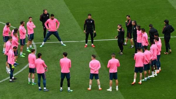 Charla de Simeone a los jugadores del Atlético