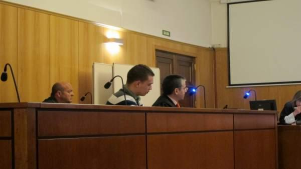 El acusado y su letrado, en la Audiencia Provincial.