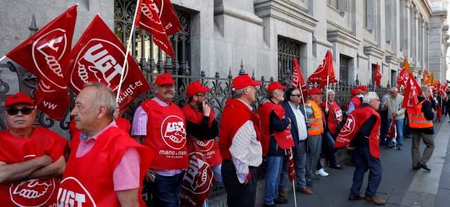 Pensionistas rodean el Bando de España