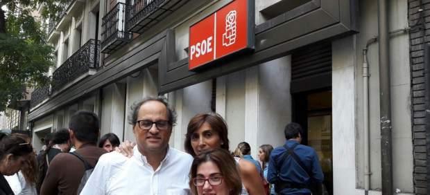 Quim Torra con su familia delante de la sede del PSOE en Madrid.