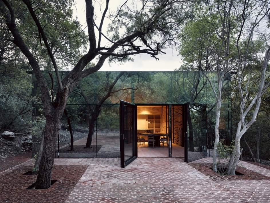 Una casa poco común. En una zona boscosa en México se alza una vivienda muy poco habitual. Tiene unos 480 metros cuadrados y está recubierta completamente de vidrio, con el objetivo de proteger y cuidar la fauna y la flora existente en la región.