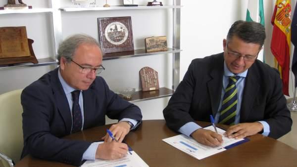 Díaz (izda.) y Blanco firman el convenio de colaboración