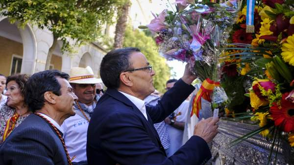 El Presidente De La Diputación Provincial De Huelva, Ignacio Caraballo, Entrega