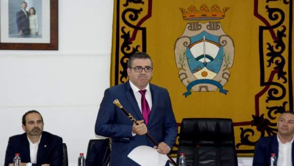 Felipe Cayuela con la vara de mando como alcalde de Carboneras