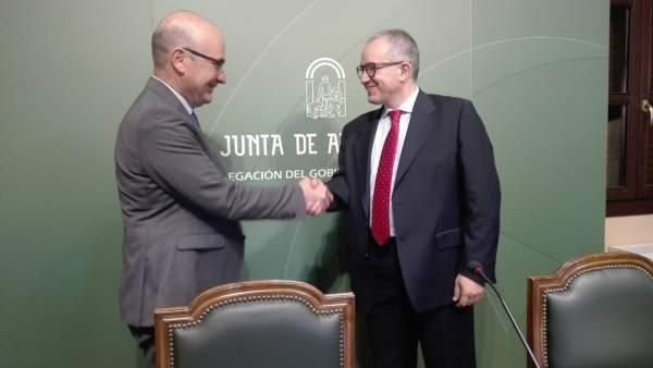Carmona y Pérez Mañas se saludan al inicio de la comparecencia