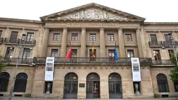 Fachada del Palacio de Navarra con las banderas por el Día contra la LGTBIfobia