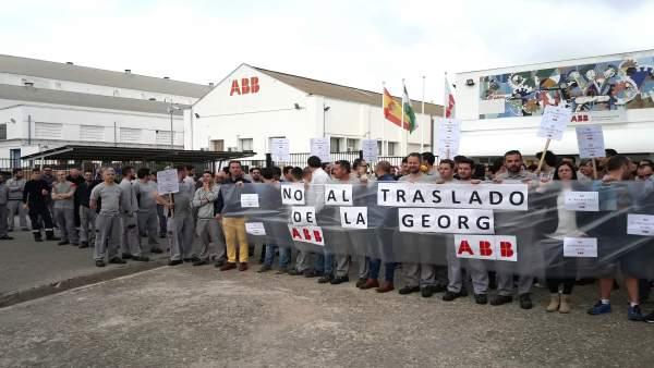 Los trabajadores de ABB ante la fábrica en una concentración