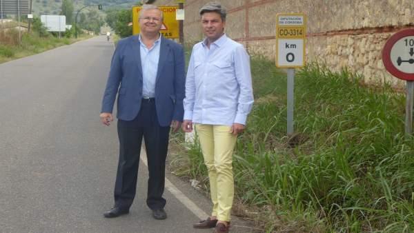 Andrés Lorite y Juan Miguel Moreno Calderón en la carretera de Medina Azahara