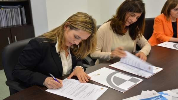Firma del convenio entre CEU y AGAS