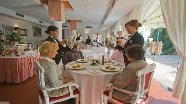 Alumnos en el restaurante de la escuela de hostelería La Cónsula
