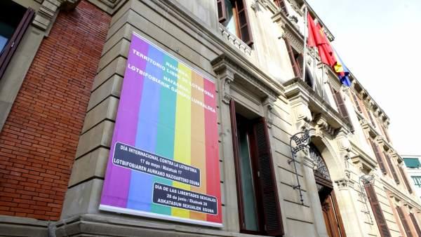 Bandera arcoiris en el Parlamento de Navarra.