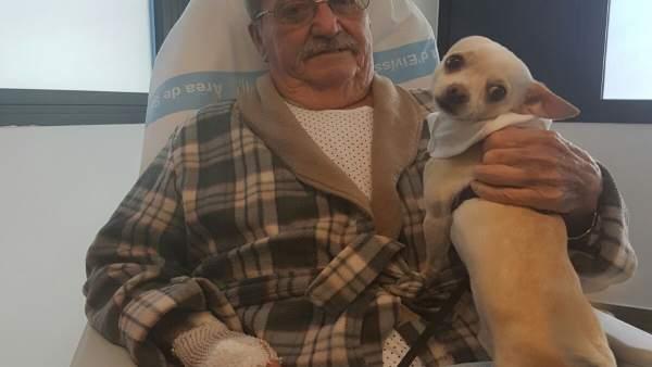 Paciente visitado por su perro en el hospital