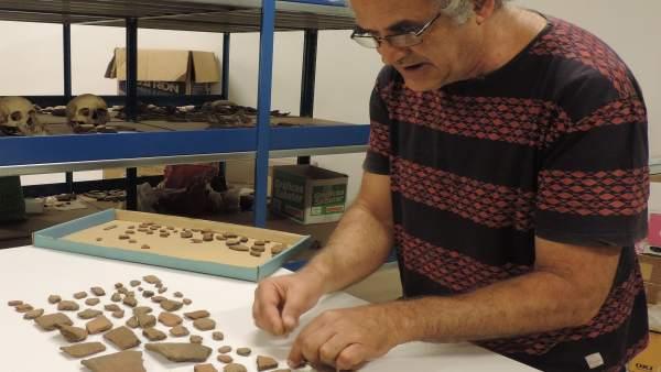 Domingo Acosta Felipe inventariando las piezas