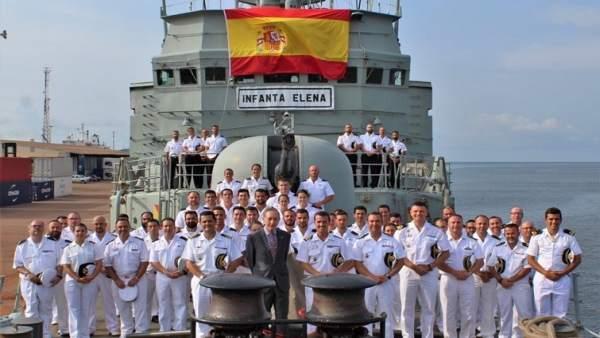 Fotografía de grupo con el Embajador de España en Gabón.